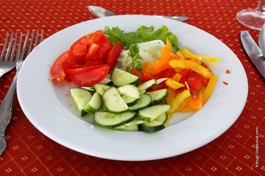 Салат со свежими помидорами